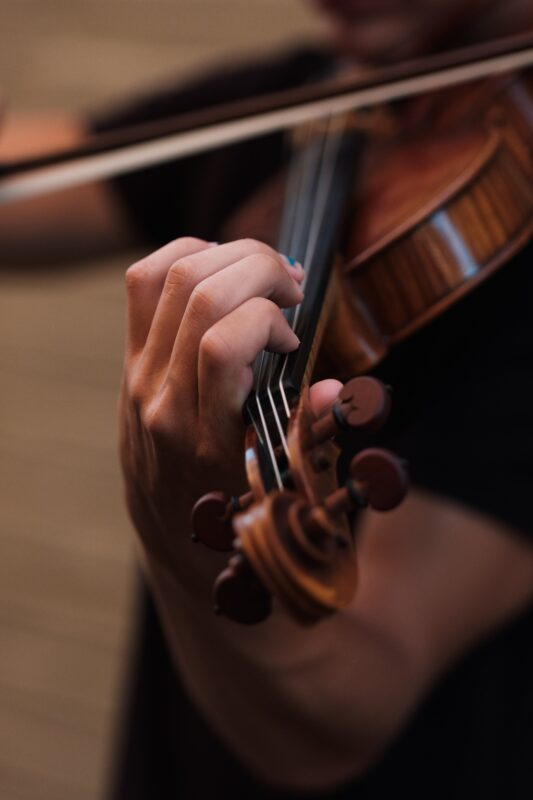 Close up image of a violinist